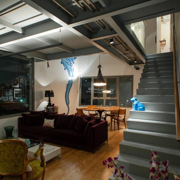 Salas de estilo industrial por PM Arquitetura