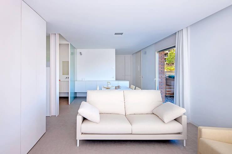 Casa GSX: Salones de estilo moderno de Estudi Agustí Costa