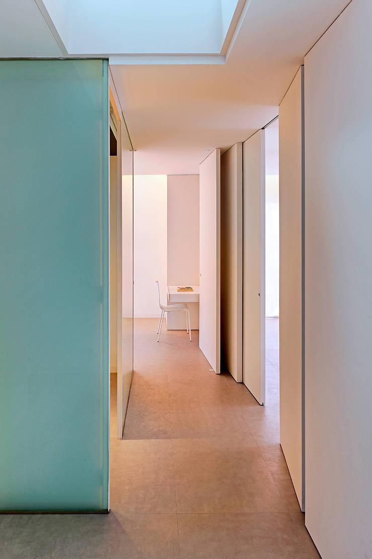 Casa GSX: Pasillos y vestíbulos de estilo  de Estudi Agustí Costa