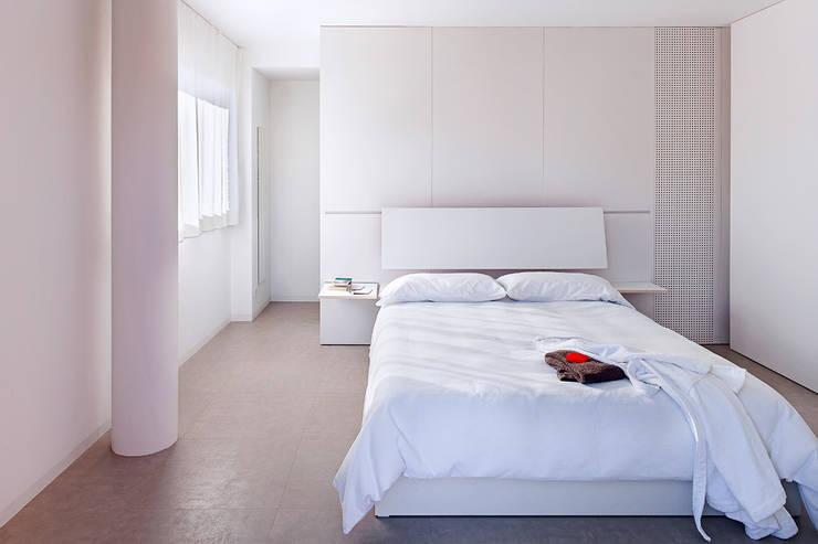 Casa GSX: Dormitorios de estilo  de Estudi Agustí Costa