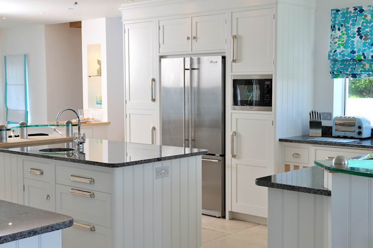 The Sea House, Porth, Cornwall:  Kitchen by The Bazeley Partnership
