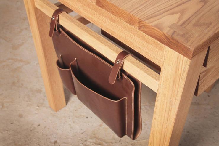 Leather pocket: 톤 퍼니처 스튜디오의  사무실 공간 & 가게