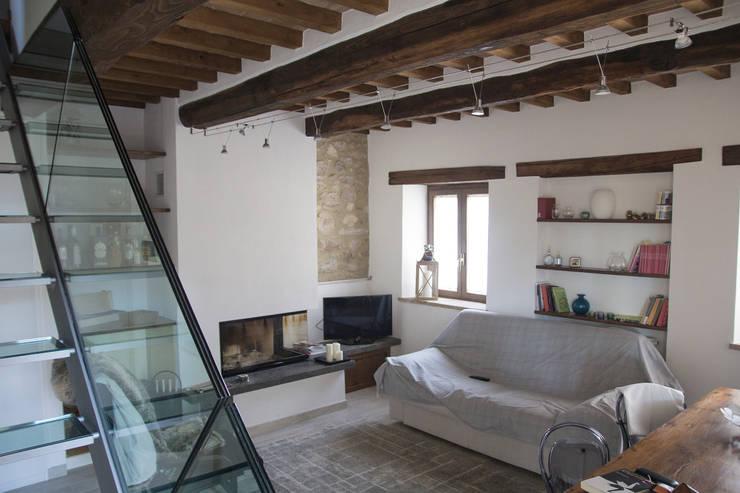 Soggiorno: Paesaggio d'interni in stile  di Massimo Neri architetto