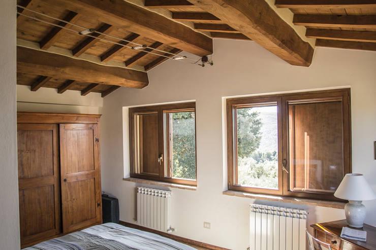 Camera da letto: Camera da letto in stile in stile Rustico di Massimo Neri architetto