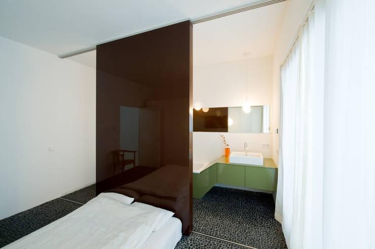 Schlafzimmer mit Blick ins Badezimmer: moderne Schlafzimmer von SEHW Architektur GmbH