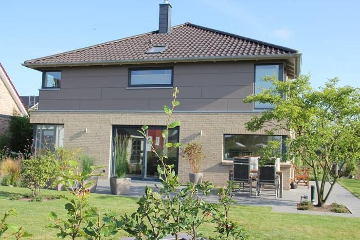 Neubau Einf.-Haus Reinfeld: moderne Häuser von Architekt Dipl.-Ing. Ohlow