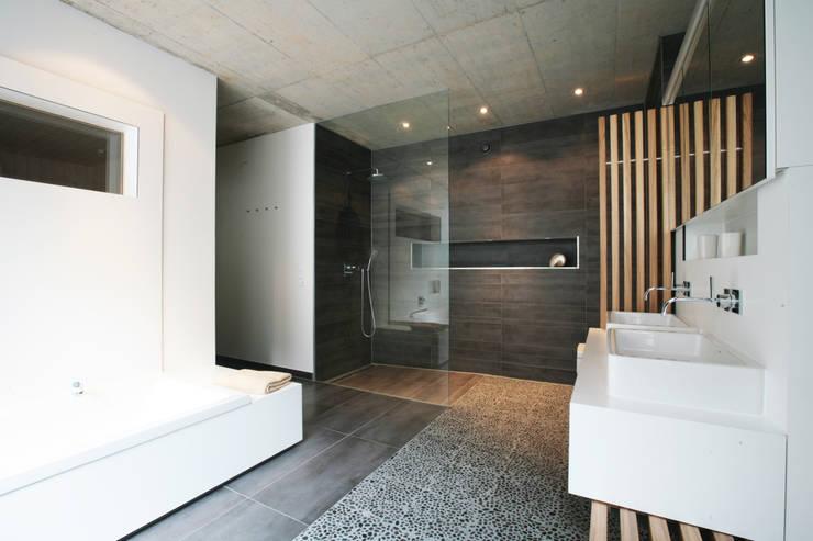 moderne Badkamer door Markus Gentner Architekten