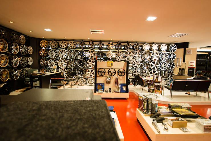 Loja KM PNEUS: Lojas e imóveis comerciais  por Veridiana Negri Arquitetura