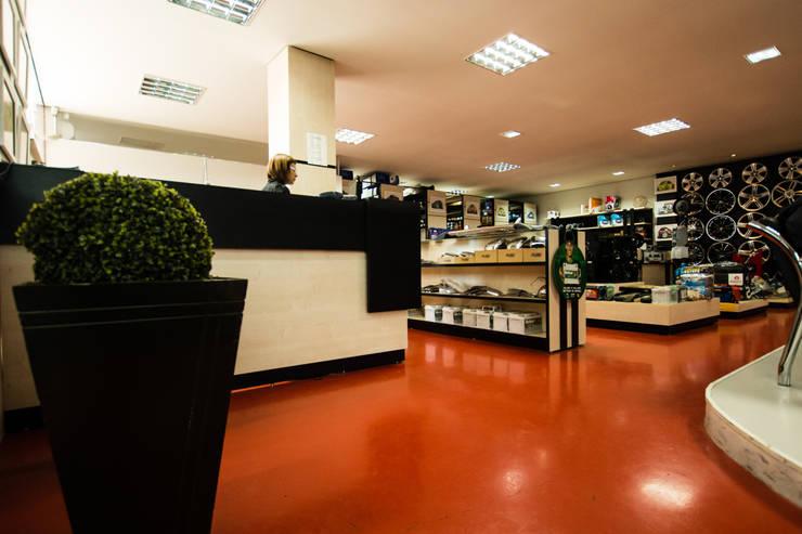 Loja KM PNEUS: Espaços comerciais  por Veridiana Negri Arquitetura