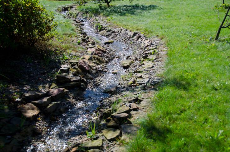 Woda pluskająca po kamieniach: styl , w kategorii Ogród zaprojektowany przez Centrum ogrodnicze Ogrody ResGal