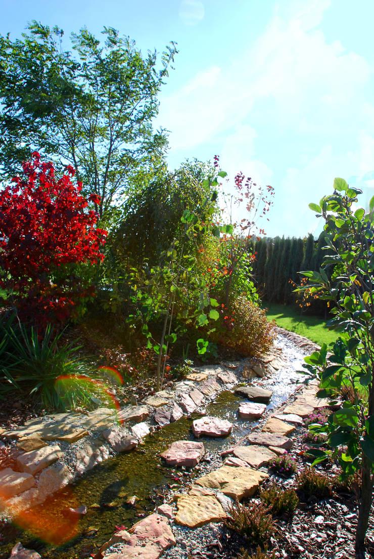 Przejście przez strumyk po kamieniach: styl , w kategorii Ogród zaprojektowany przez Centrum ogrodnicze Ogrody ResGal
