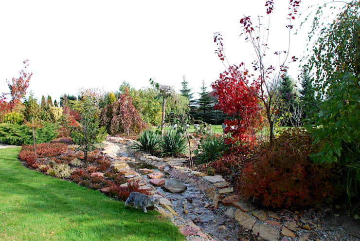 Strumyk przepływający przez wrzosowisko: styl , w kategorii Ogród zaprojektowany przez Centrum ogrodnicze Ogrody ResGal