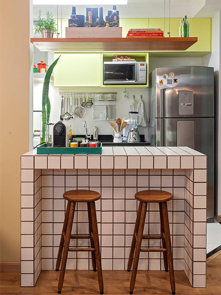 RESIDÊNCIA MAYNARD: Cozinhas modernas por Isabela Bethônico Arquitetura