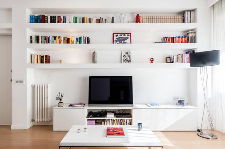 La parete attrezzata: Soggiorno in stile in stile Moderno di zero6studio - Studio Associato di Architettura