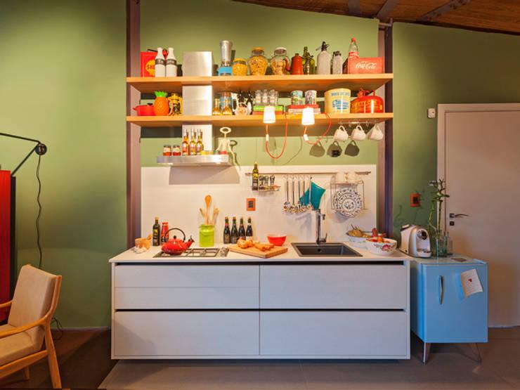 CASA COR – LOFT MULHER MODERNA: Cozinhas modernas por Isabela Bethônico Arquitetura