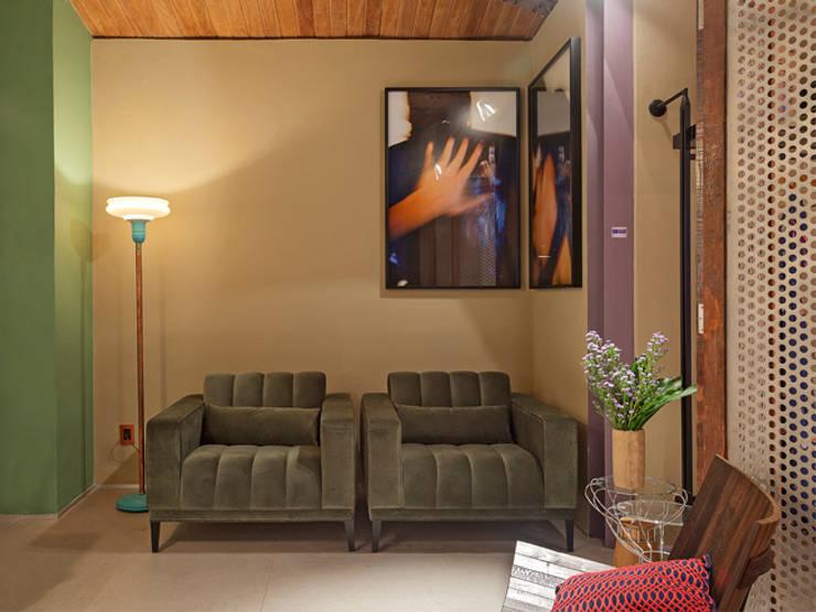 CASA COR - LOFT MULHER MODERNA: Salas de estar  por Isabela Bethônico Arquitetura