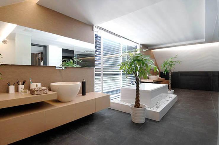Baños de estilo  por erenyan mimarlık proje&tasarım, Moderno