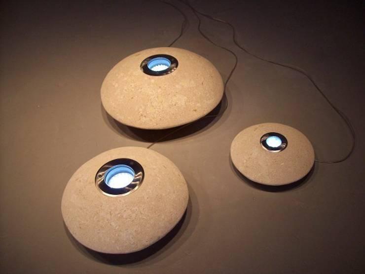 Ufo led lights: Giardino in stile in stile Moderno di stonebreakers