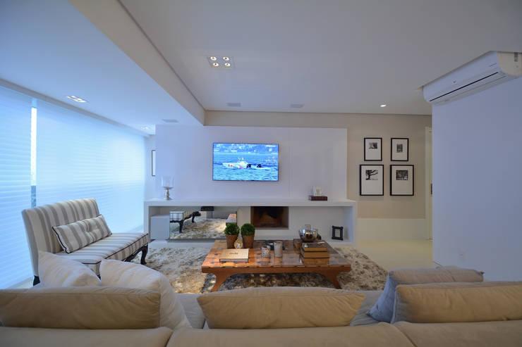 Living Room - Branco Total: Salas de estar  por WB ARQUITETURA  - Lisiane Wendel e Simone Bertuzzo