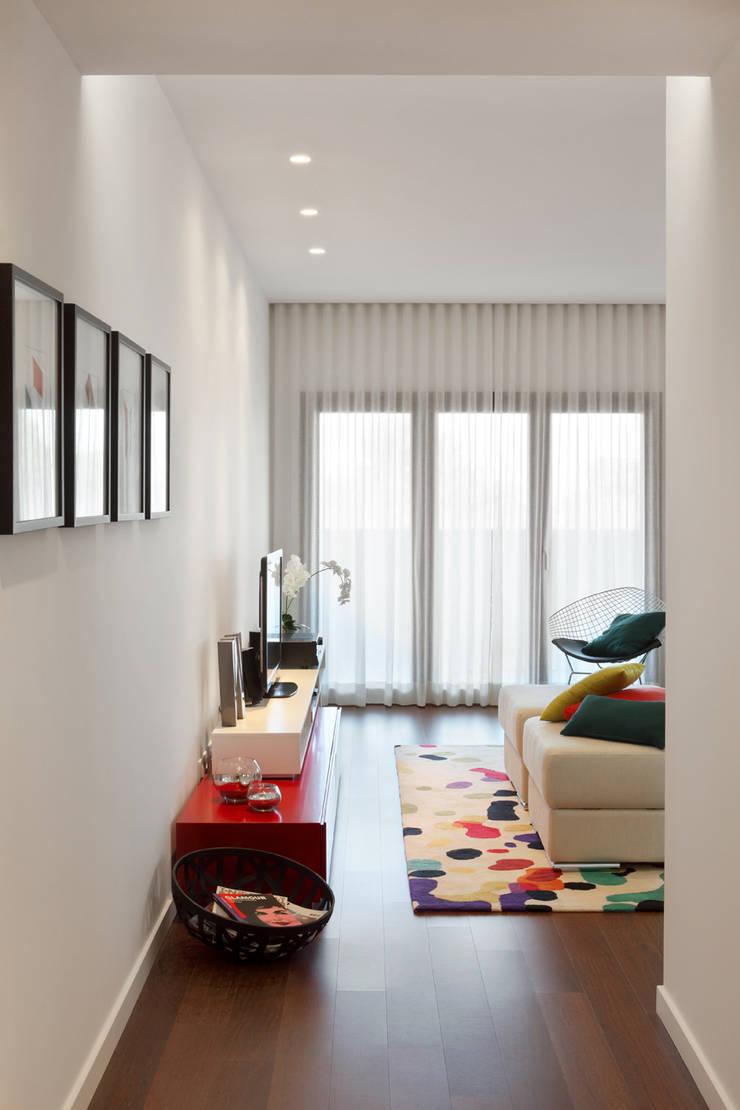 Contemporaneity seeing the river… Гостиная в стиле модерн от Tiago Patricio Rodrigues, Arquitectura e Interiores Модерн