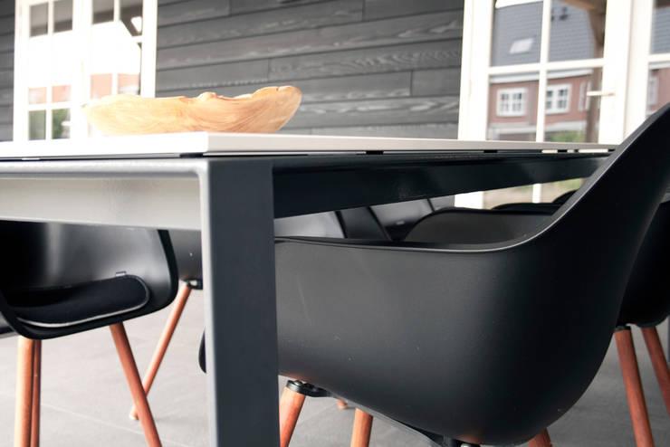 Een grote buitentafel met een ranke uitstraling:   door a-LEX, Minimalistisch