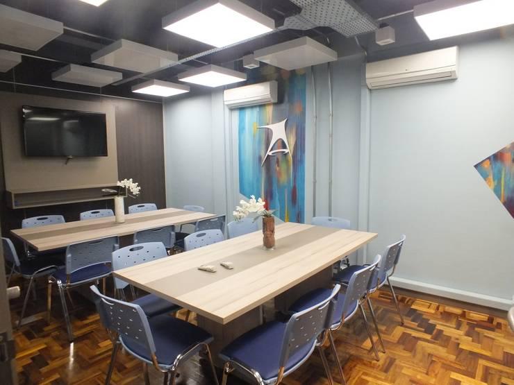 Sala de reuniões multiusos: Lojas e imóveis comerciais  por Arketing Identidade e Ambiente