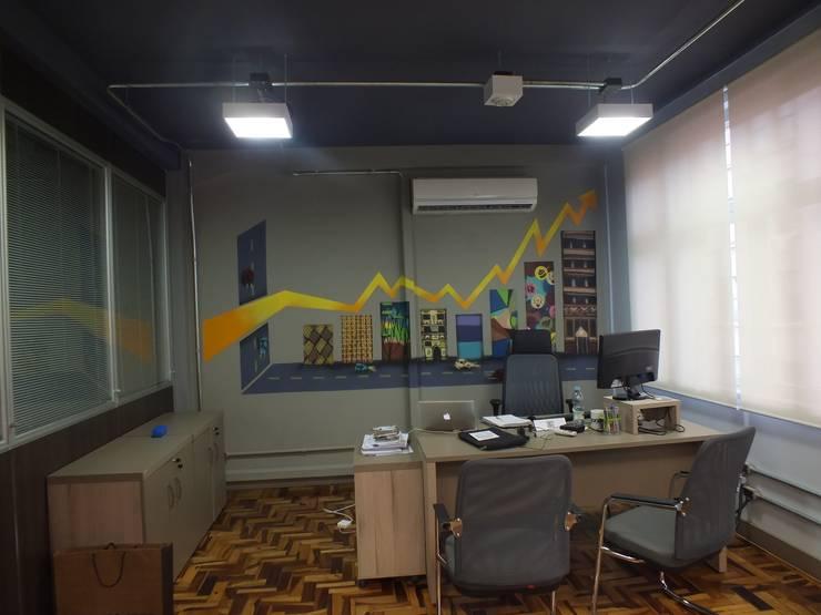 Departamento administrativo: Escritórios  por Arketing Identidade e Ambiente