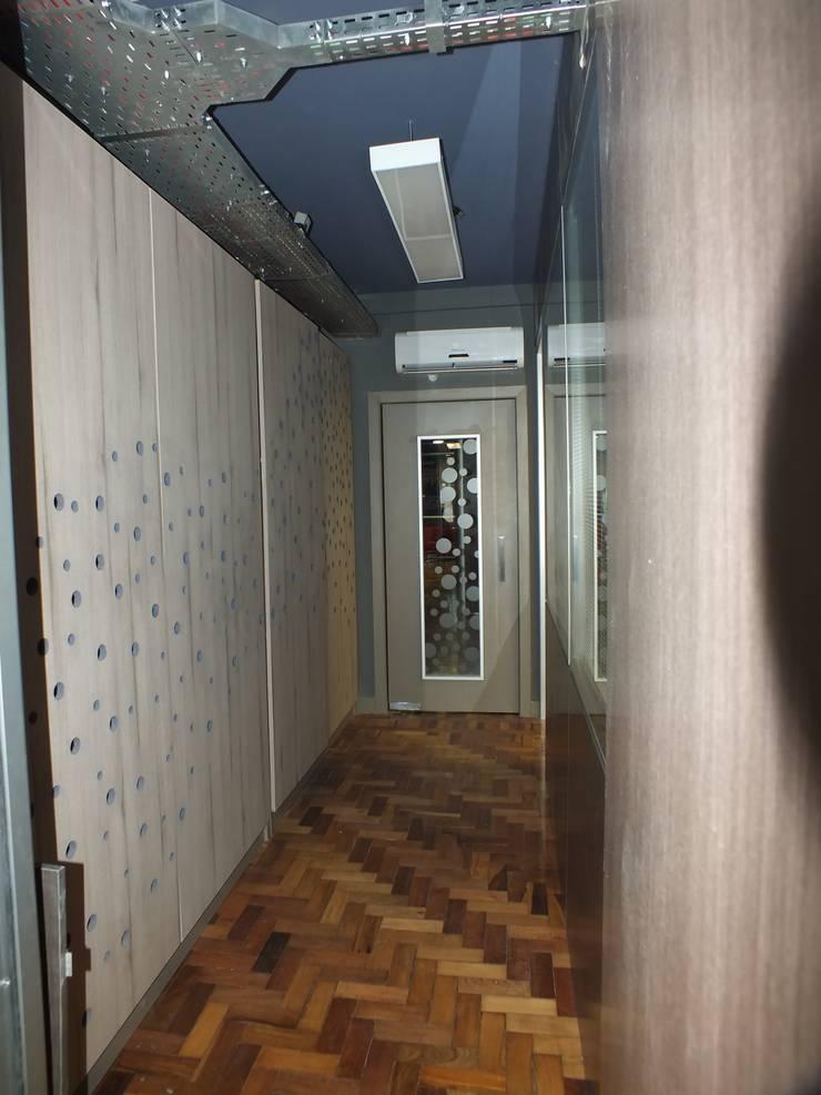 Circulação e central de servidores.: Corredor, vestíbulo e escadas  por Arketing Identidade e Ambiente