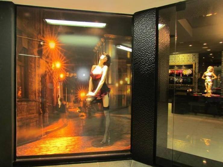 VITRINA  FLORENÇA LINGERIE: Lojas e imóveis comerciais  por Veridiana Negri Arquitetura,