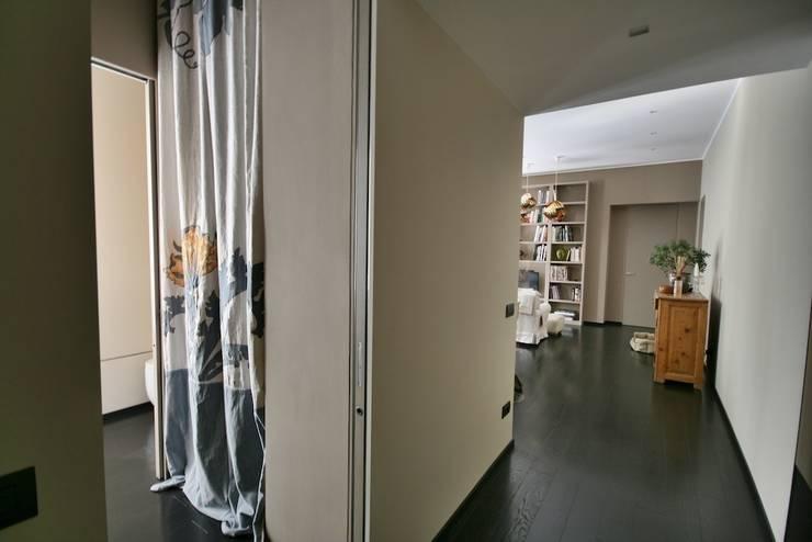 Casa Nadine, stile in low cost!: Ingresso, Corridoio & Scale in stile  di studiodonizelli