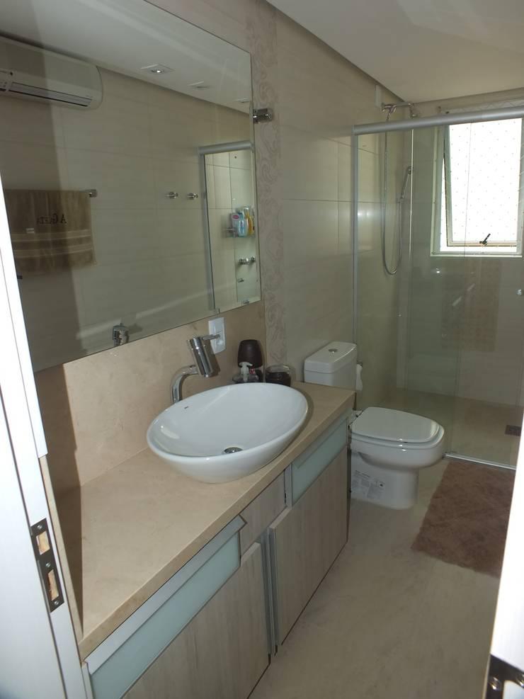 Banheiro suite: Banheiros  por Arketing Identidade e Ambiente