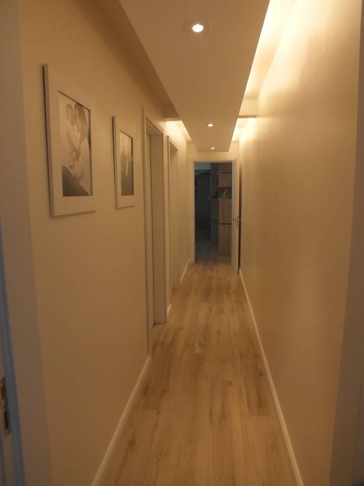 Corredor: Corredor, vestíbulo e escadas  por Arketing Identidade e Ambiente