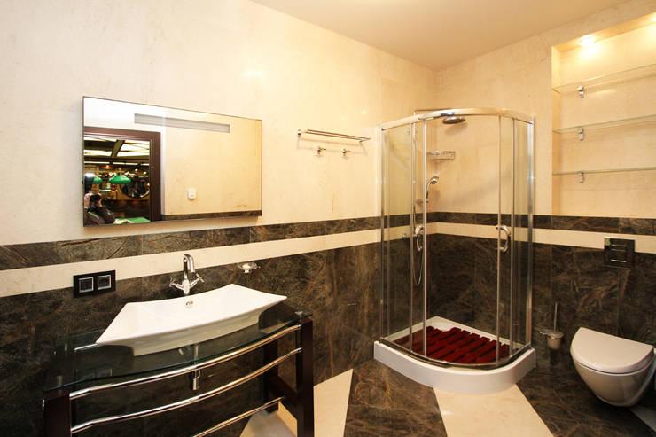 Мужской санузел рядом с бильярдной: Ванные комнаты в . Автор – LD design