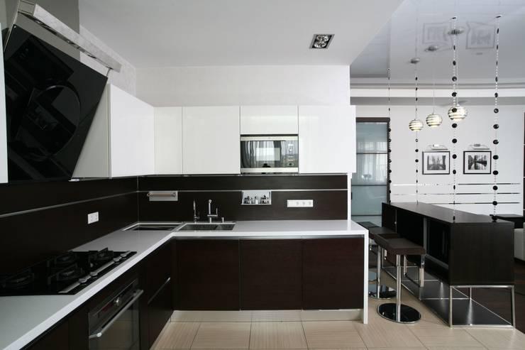 Дизайн интерьера четырехкомнатной квартиры.  г. Саратов: Кухни в . Автор – Студия Павла Исаева