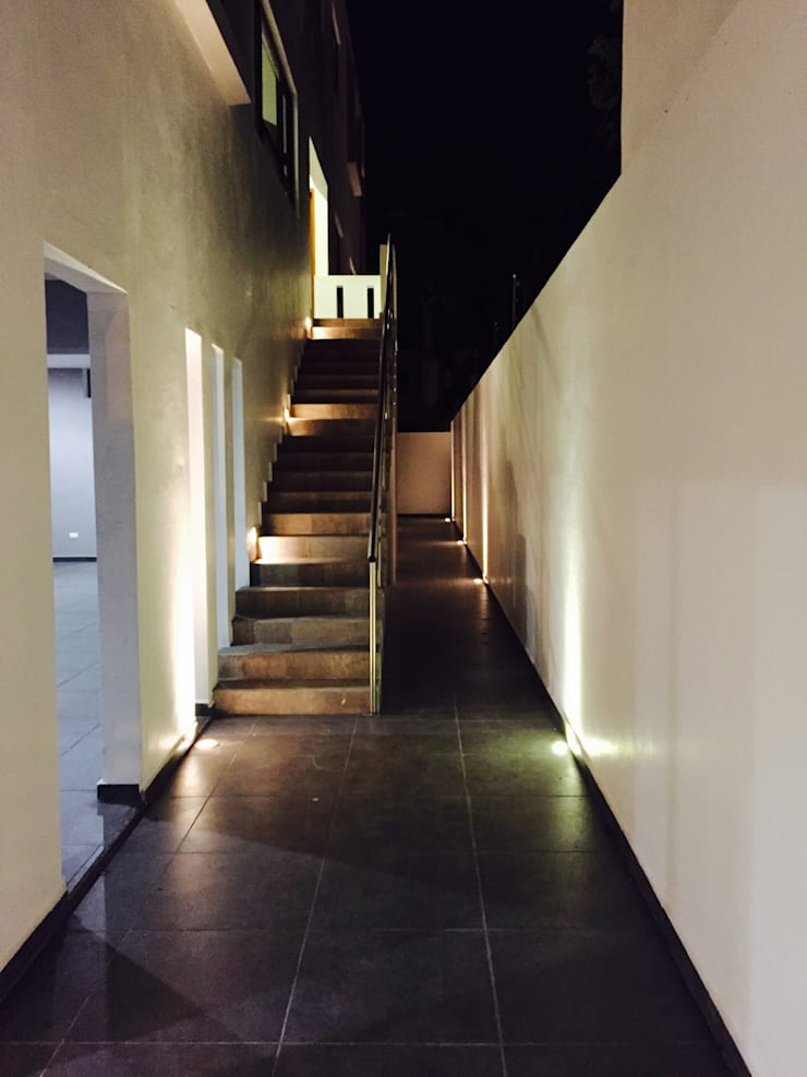 PASILLO: Pasillos y recibidores de estilo  por hausing arquitectura