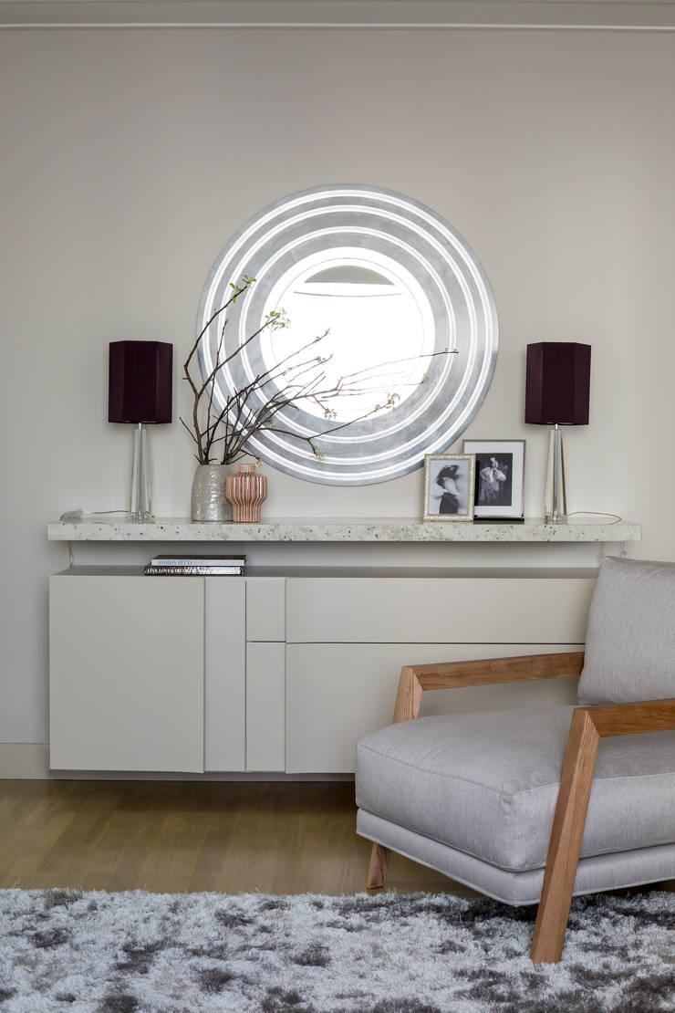 Подвесной комод Egelasta и кресло Time от барселонской фабрики Joquer в гостиной: Гостиная в . Автор – Barcelona Design