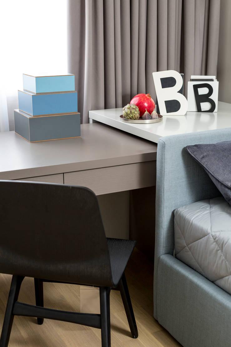 Настольная лампа Linda от барселонской фабрики Faro и письменный стол под заказ от Egelasta в детской: Гостиная в . Автор – Barcelona Design