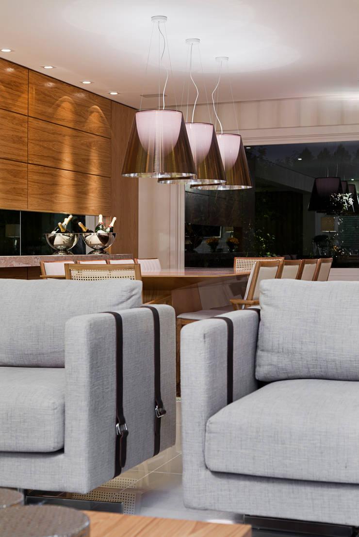 Casa Terra Ville II: Salas de estar  por Studio Cinque