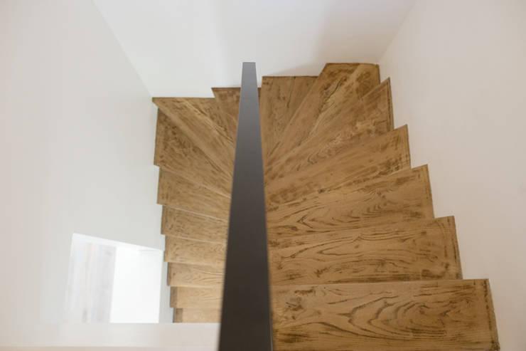 Escalier - Yeme + Saunier / St. Maur: Couloir, entrée, escaliers de style  par Yeme + Saunier