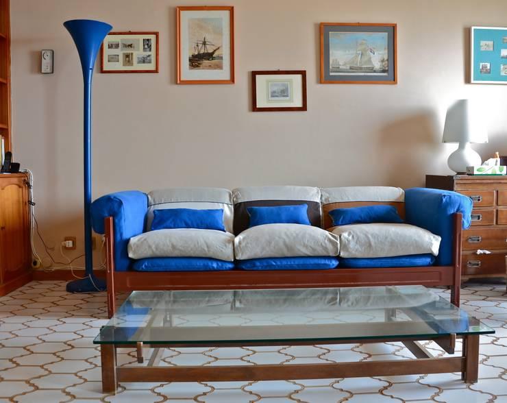 divano MARINELLA: Soggiorno in stile in stile Moderno di Restyling Mobili di Raddi Federica