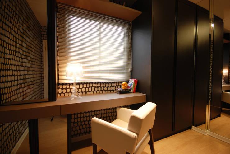 Home Office/Closet: Escritórios  por Neoarch