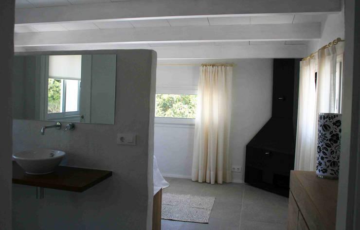 Suite: Dormitorios de estilo  de FG ARQUITECTES