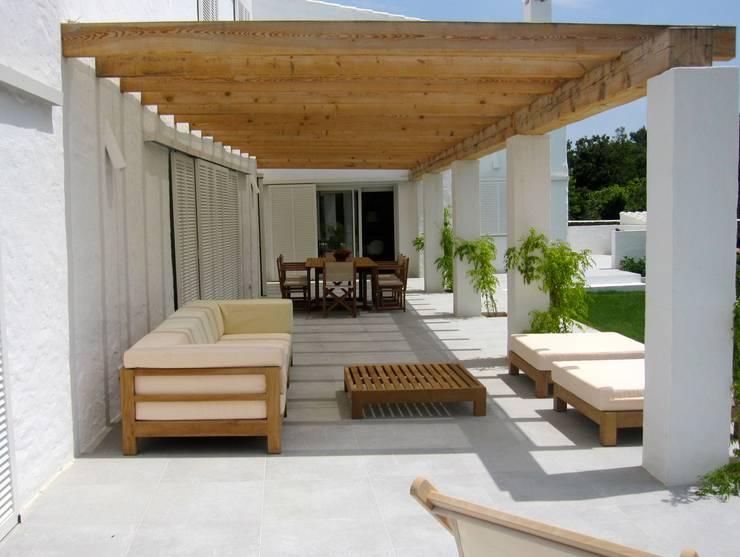 Terraza con vistas al jardín con piscina: Terrazas de estilo  de FG ARQUITECTES
