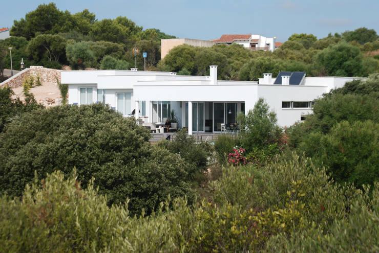 Fachada a sur, con jardín y piscina: Casas de estilo moderno de FG ARQUITECTES
