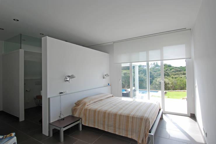 Suite doble, con vistas al jardín con piscina: Dormitorios de estilo moderno de FG ARQUITECTES