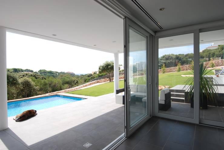 Terraza con jardín y piscina: Terrazas de estilo  de FG ARQUITECTES