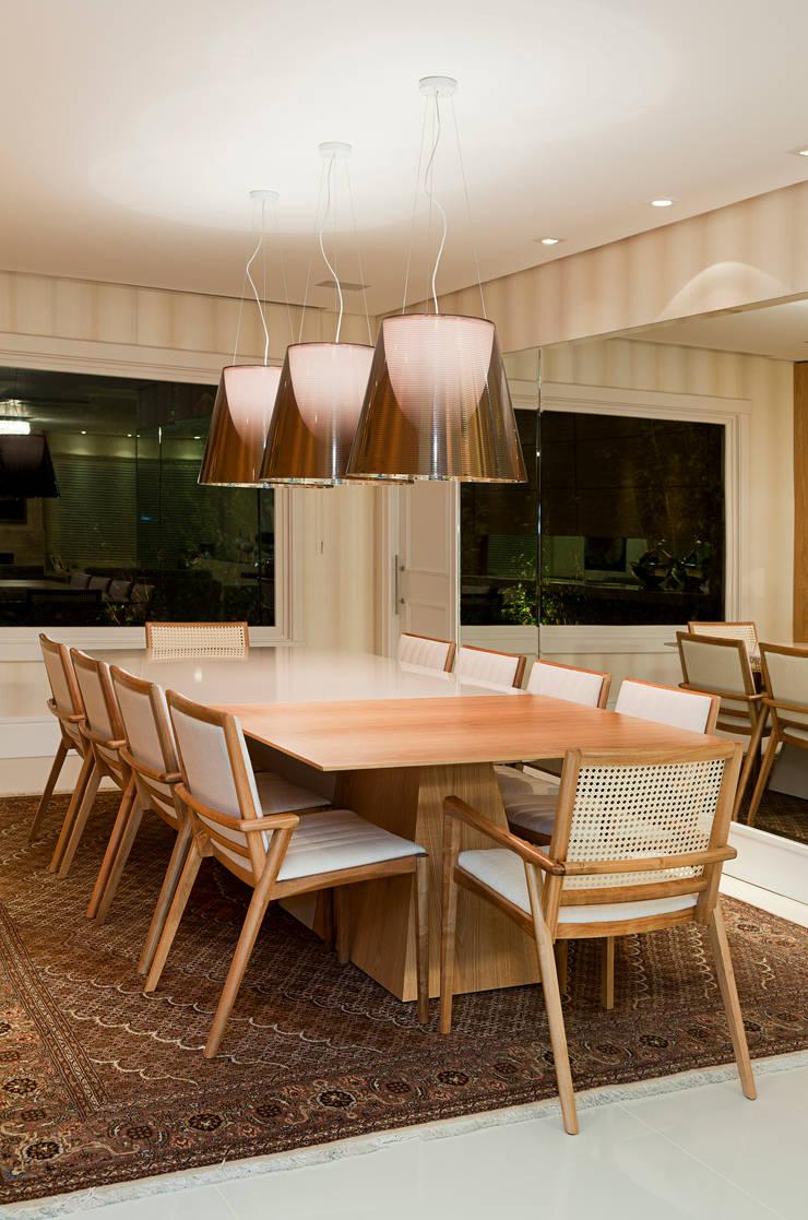Casa Terra Ville II: Salas de jantar  por Studio Cinque