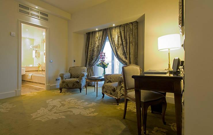 zona de estar suite principal: Dormitorios de estilo  de DyD Interiorismo - Chelo Alcañíz