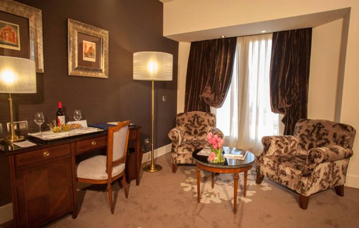 Zona de estar suite: Hoteles de estilo  de DyD Interiorismo - Chelo Alcañíz