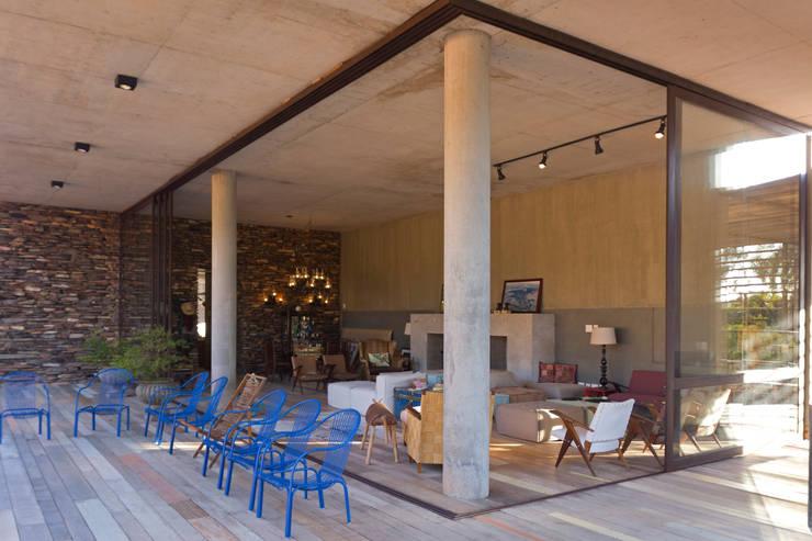 CASA DA FAZENDA: Salas de estar rústicas por COSTAVERAS ARQUITETOS
